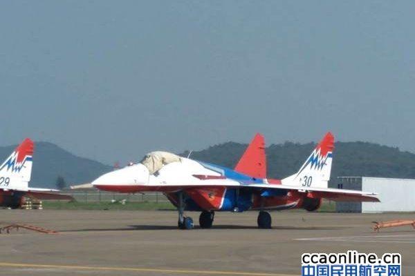 雨燕、勇士飞行表演队在机坪停泊