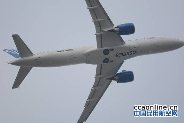 庞巴迪CS300进行飞行表演
