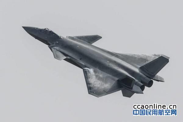 歼-20在珠海航展首次面对公众进行飞行表演