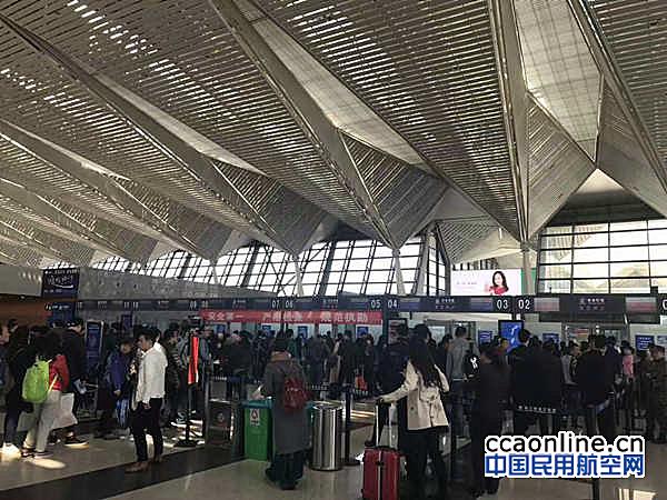 西宁机场迎航班换季后第一个小长假
