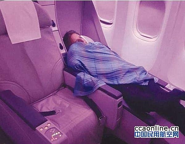 机长去商务舱睡觉,让实习生驾驶载有305人的客机