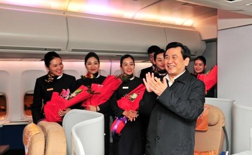 冯正霖迎接2017年最后一天航班平安归来