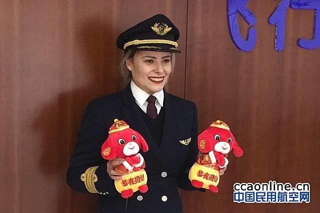 东航首位外籍女机长伊莲娜:来到中国是最好的选择