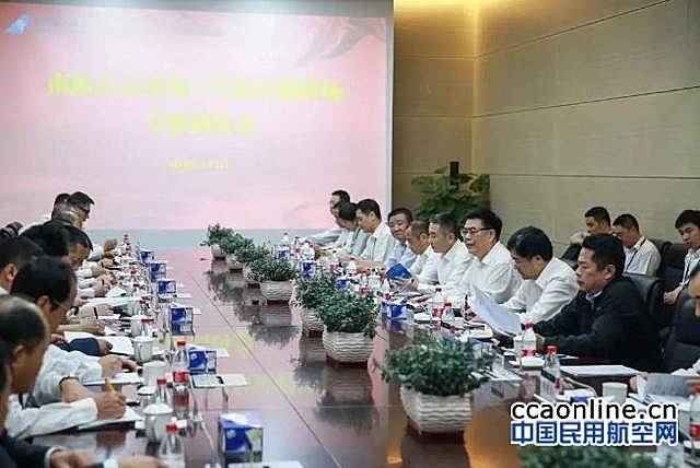王昌顺、谭万庚检查白云机场T2航站楼并现场办公