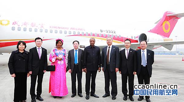 几内亚总统阿尔法·孔戴点赞国产ARJ21飞机