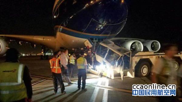 南航A380在洛杉矶与飞机牵引车发生碰撞