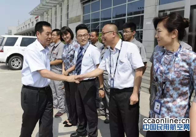 西部机场集团总经理卢程祥赴咸阳机场慰问一线员工
